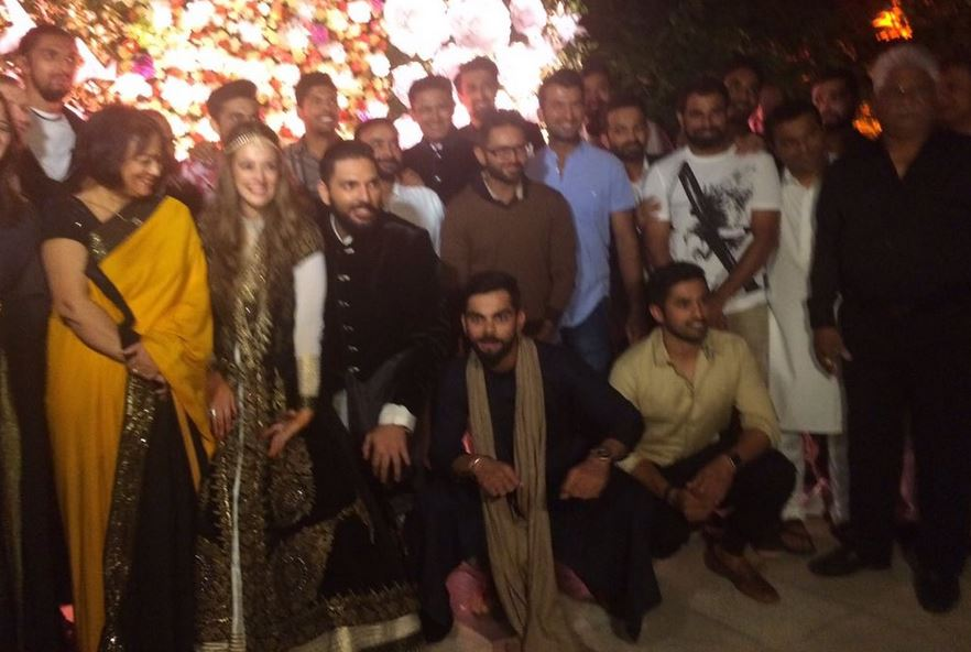 indian-cricket-team-on-yuvraj-singh-hazel-keech-sangeet-and-mehendi-ceremony2