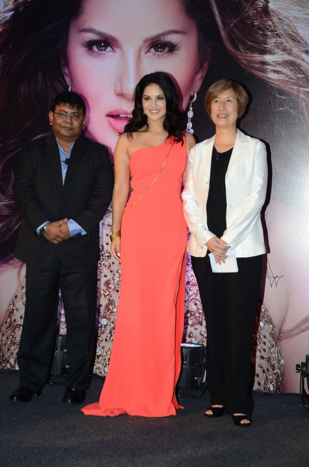 sunny-leone-launches-her-own-mobile-app5