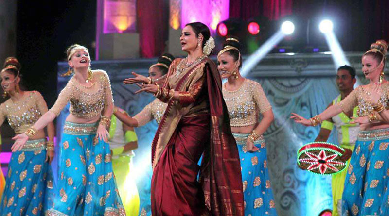 bollywood-actress-rekha-dance-on-star-screen-awards-2016-winners-see-pics