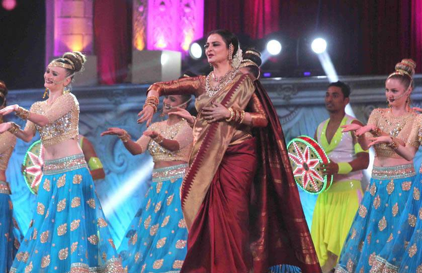 rekha-dance-on-star-screen-awards-2016-winners-see-pics1