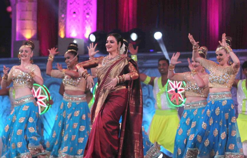 rekha-dance-on-star-screen-awards-2016-winners-see-pics11