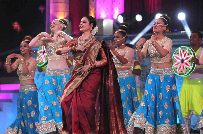 rekha-dance-on-star-screen-awards-2016-winners-see-pics2