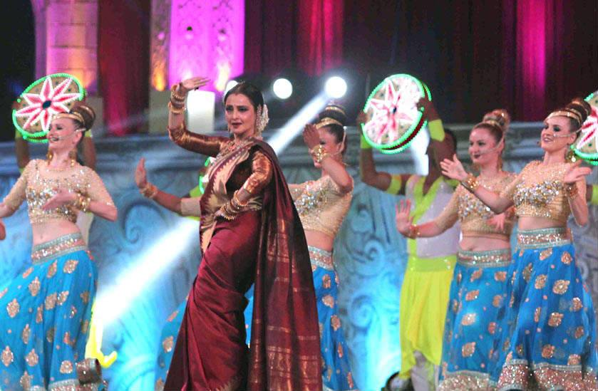 rekha-dance-on-star-screen-awards-2016-winners-see-pics4