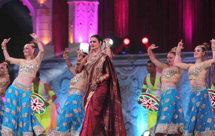 rekha-dance-on-star-screen-awards-2016-winners-see-pics5