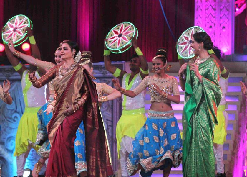 rekha-dance-on-star-screen-awards-2016-winners-see-pics9