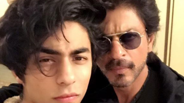 shah-rukh-khan-poses-with-aryan